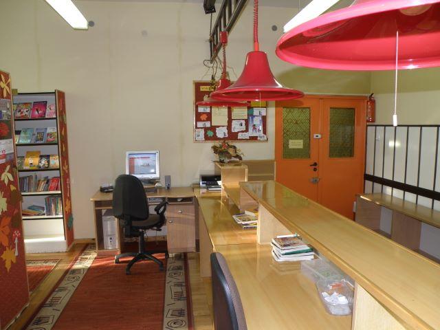 Nowa lada dostosowana dla niższych dzieci, nowy komputer, gazetki, kolor drzwi.